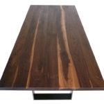 Jeder Tisch ein Unikat durch massive Rusikalnuss-Platte