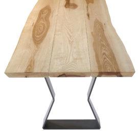IX282 Esstisch Kernesche, die 3-teilige massive Bohlenplatte mit geschliffener Baumkante macht jeden Tisch zum Unikat